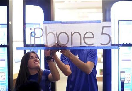 11月27日、調査会社カンター・ワールドパネルによると、米国のOS別スマートフォン販売台数で、アップルの「iPhone(アイフォーン)」がグーグルの「アンドロイド」搭載機を抜き首位に。写真はサンフランシスコのアップル販売店で。9月撮影(2012年 ロイター/Noah Berger)